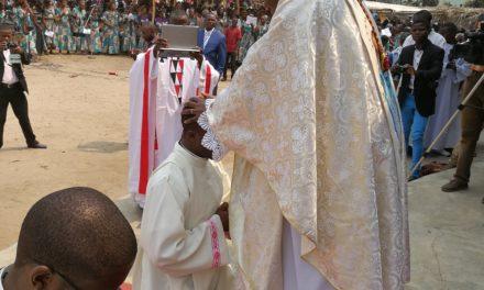 Décret portant admission aux ordres sacrés du diaconat et du presbytérat!