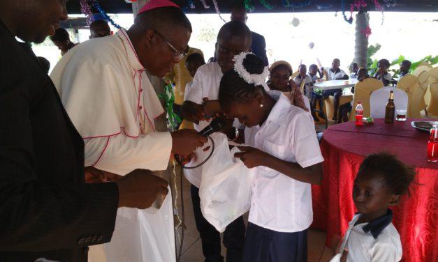 La Fondation Monseigneur José Moko fête Noël avec 100 orphelins et déshérités d'Idiofa!