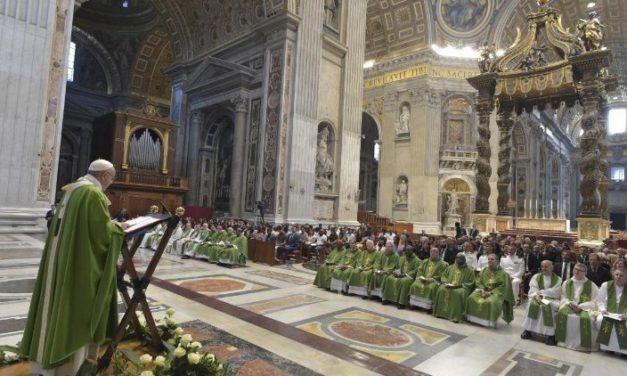 En juillet, Sa sainteté le Pape François  prie pour les prêtres!