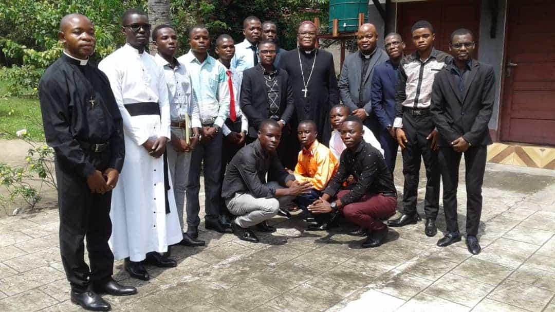 La communauté du pré-noviciat des Oblats de Saint Lwanga a rencontré Monseigneur José