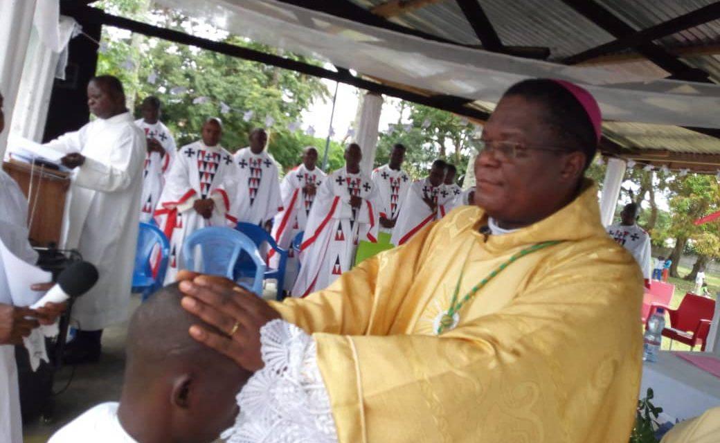 Monseigneur José Moko a ordonné un nouveau prêtre à Mokala!