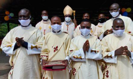 Monseigneur José Moko ordonne 5 diacres et trois prêtres et nomme un vicaire Episcopal et un vicaire judiciaire!