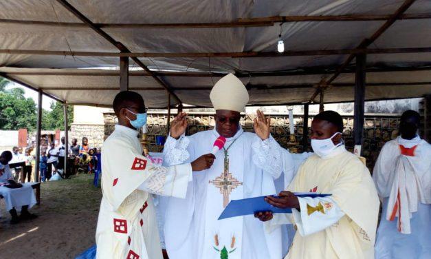Paroisse Bienheureuse Anuarite de Manding: Mgr José Moko confirme 298 chrétiens.