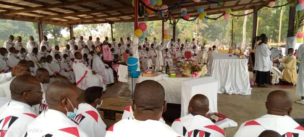 Le diocèse d'Idiofa s'est enrichit de 5 nouveaux prêtres et de 2 diacres!